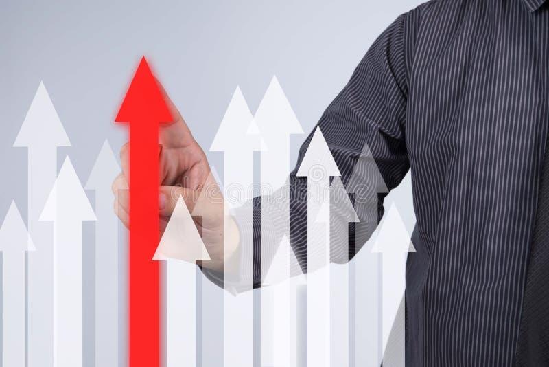 Gráfico del crecimiento de las ventas - botón del presionado a mano del hombre de negocios en el tacto s foto de archivo libre de regalías