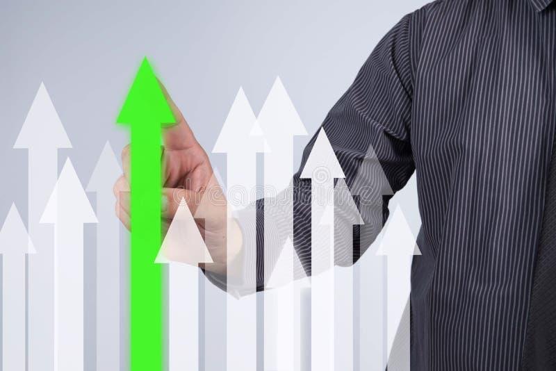 Gráfico del crecimiento de las ventas - botón del presionado a mano del hombre de negocios en el tacto s imágenes de archivo libres de regalías