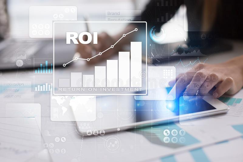 Gráfico del ROI, rentabilidad de la inversión, mercado de acción y negocio y concepto comerciales de Internet foto de archivo libre de regalías