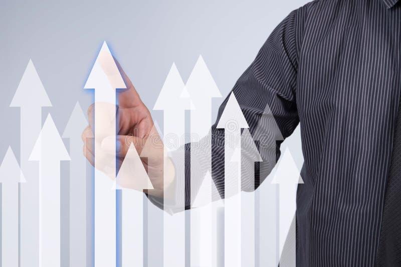 Gráfico do crescimento das vendas - botão da pressão de mão do homem de negócios no toque s fotografia de stock