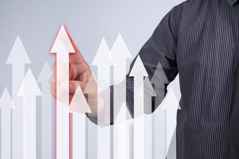 Gráfico do crescimento das vendas - botão da pressão de mão do homem de negócios no toque s imagem de stock royalty free