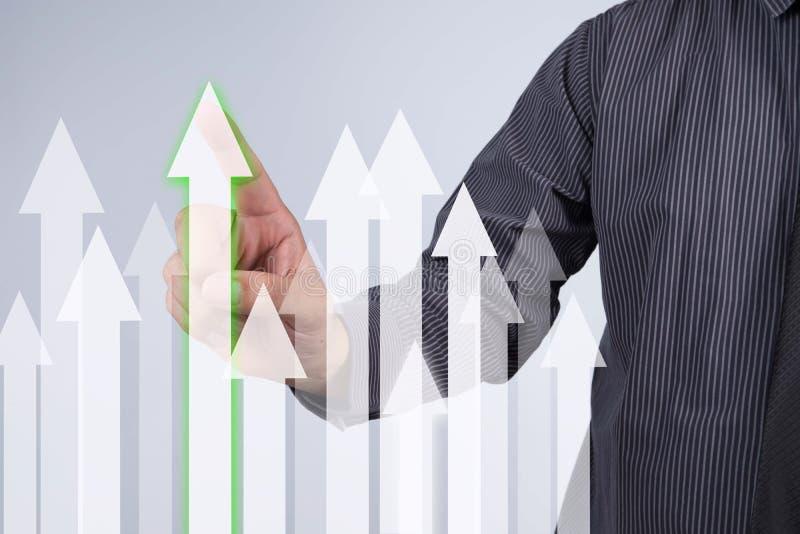 Gráfico do crescimento das vendas - botão da pressão de mão do homem de negócios no toque s imagens de stock