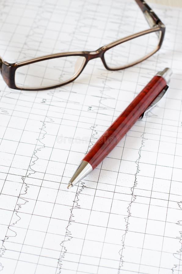 Gráfico do eletrocardiograma, análise do coração Pena de esferogr?fica fotografia de stock
