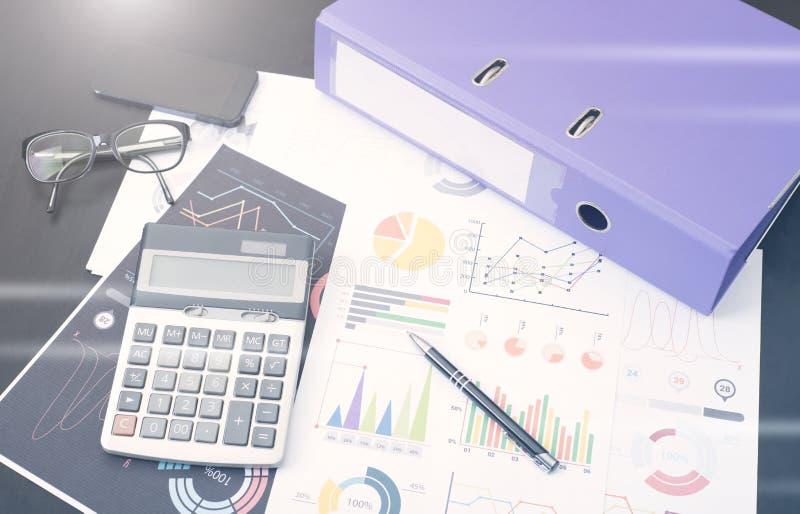 Gráfico do original financeiro com a calculadora na mesa fotos de stock