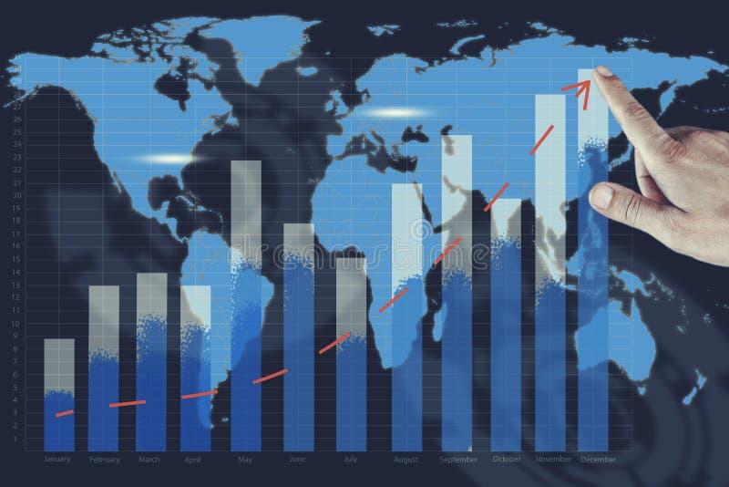Gráfico do sucesso da mão do homem no fundo do mapa imagens de stock