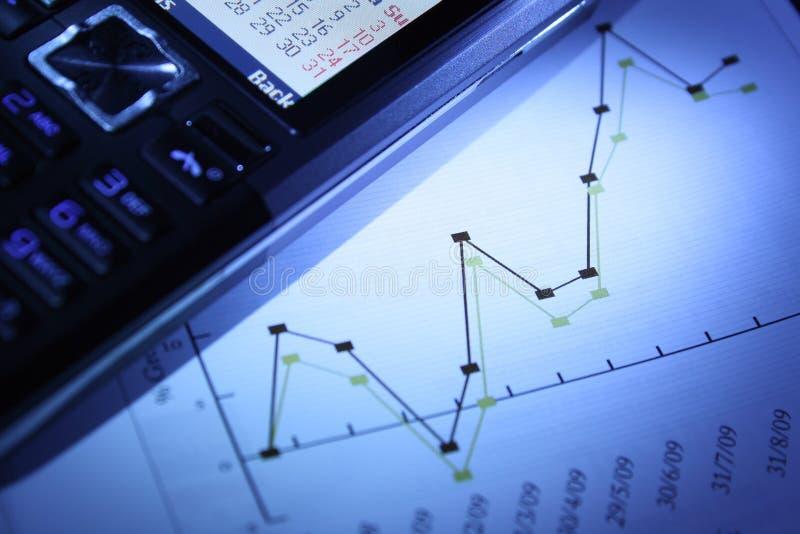 Gráfico e telefone móvel fotos de stock