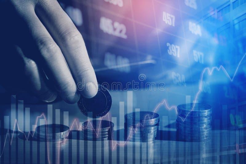 Gráfico em fileiras das moedas para a finança e dinheiro da economia em s digital imagens de stock