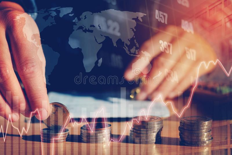 Gráfico em fileiras das moedas para a finança e dinheiro da economia em s digital fotografia de stock royalty free