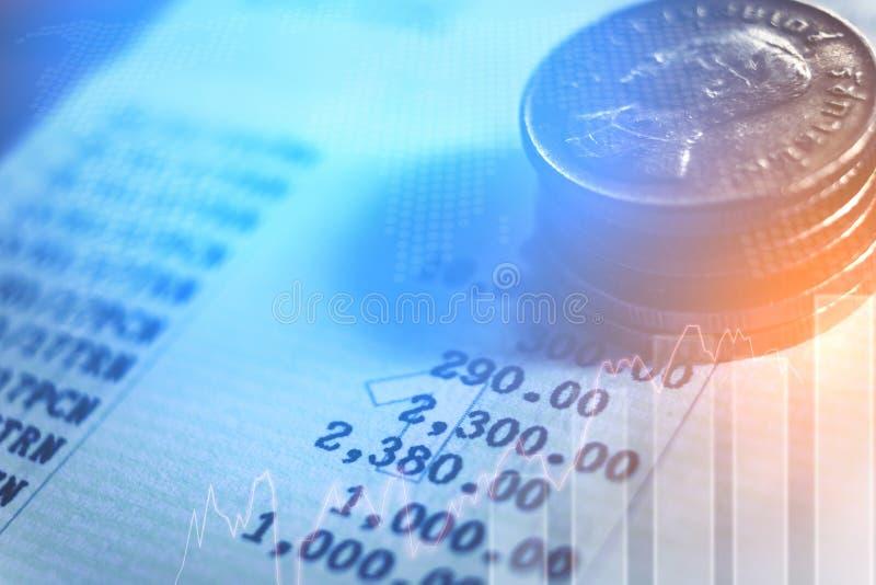 gráfico em fileiras das moedas para o conceito da finança e da operação bancária fotos de stock royalty free