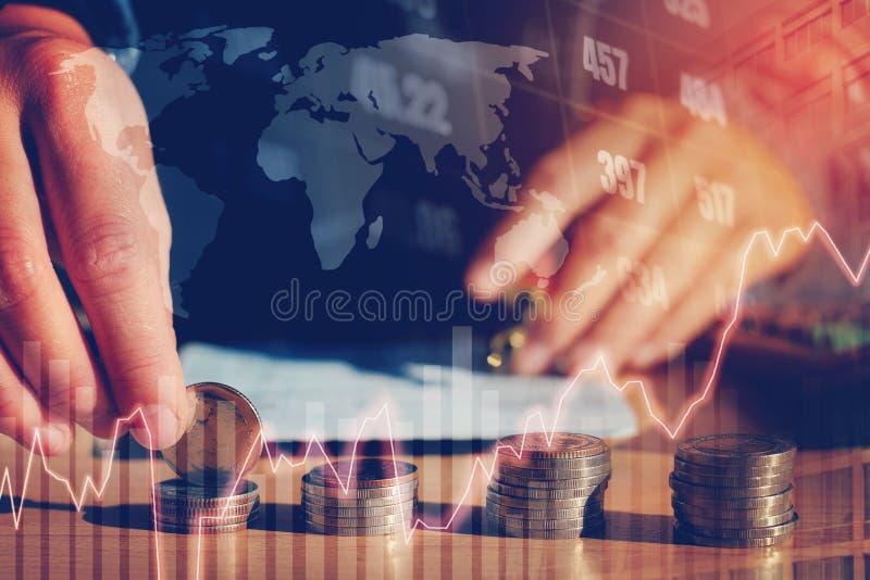 Gráfico en filas de las monedas para las finanzas y dinero del ahorro en s digital fotografía de archivo libre de regalías