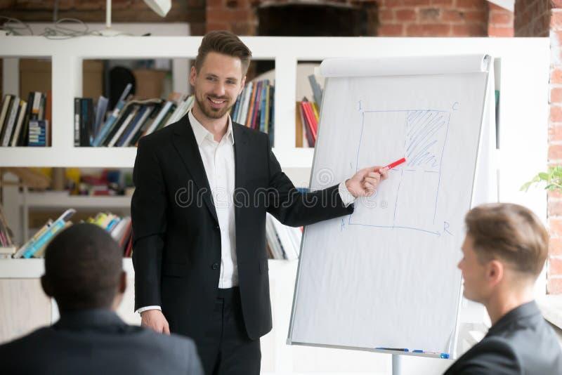 Gráfico financeiro atual de sorriso do trabalhador aos colegas de trabalho imagens de stock royalty free