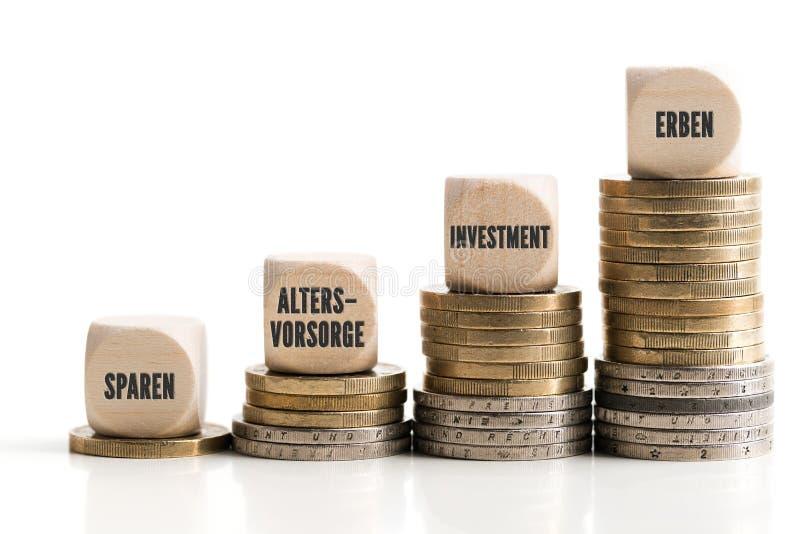 Gráfico fuera de las monedas apiladas que muestran las diferencias desproporcionadas entre los métodos diferentes de inversión imagen de archivo libre de regalías