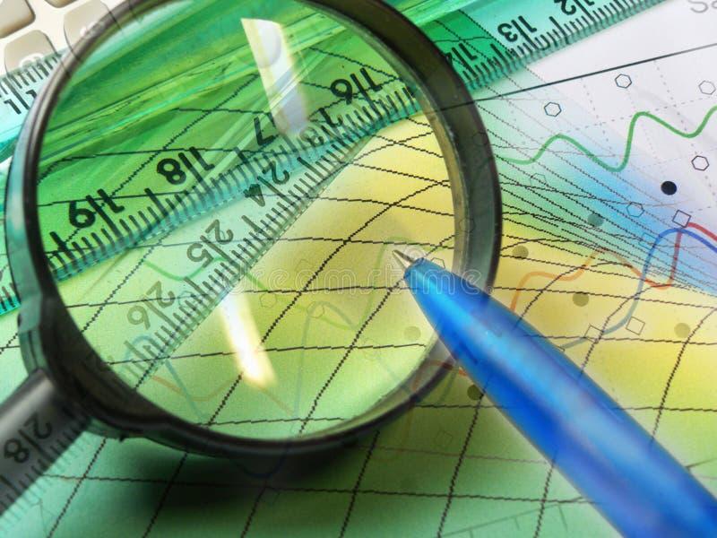 Gráfico, magnifier, régua e calculadora, colagem fotos de stock royalty free
