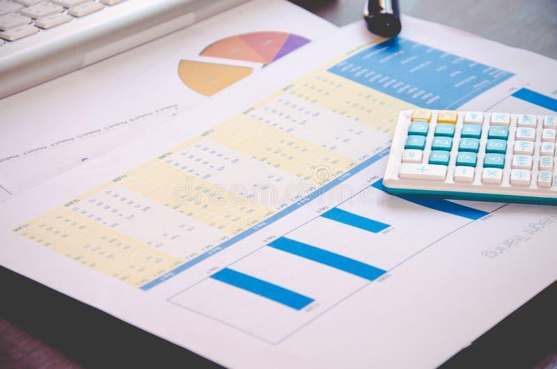 Download Gráfico y calculadora foto de archivo. Imagen de presupuesto - 64207512