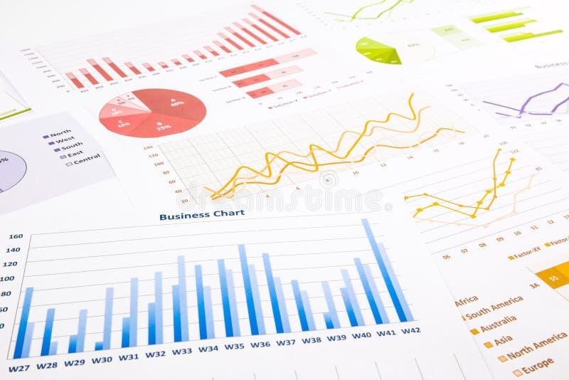 Gráficos, cartas, pesquisa de mercado e anuário coloridos do negócio