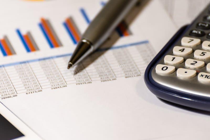 Gráficos, cartas, vector del asunto El lugar de trabajo de hombres de negocios Finanzas y informe de negocios foto de archivo