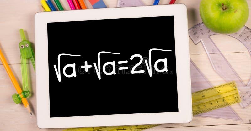 Gráficos da educação em dispositivos por artigos de papelaria e por maçã foto de stock