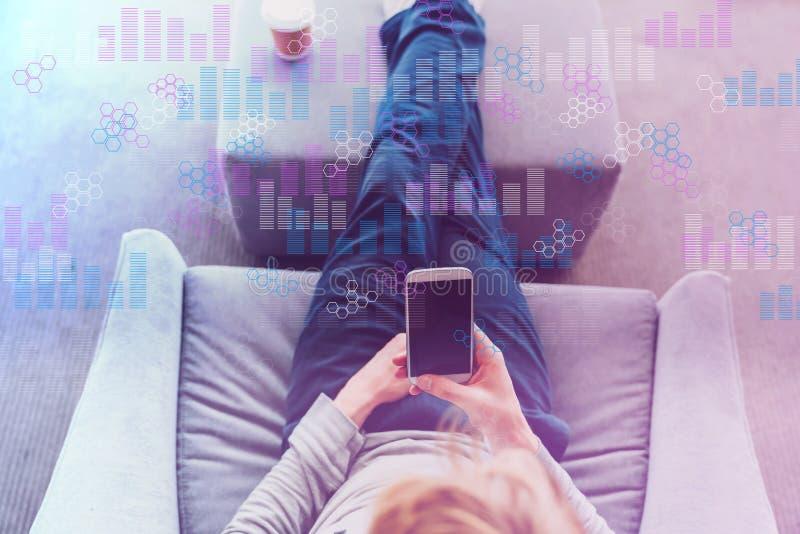 Gráficos de Digitas e grades do hexágono com o homem que usa um smartphone imagem de stock royalty free