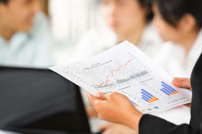 Gráficos de exame com outros povos no fundo imagens de stock royalty free