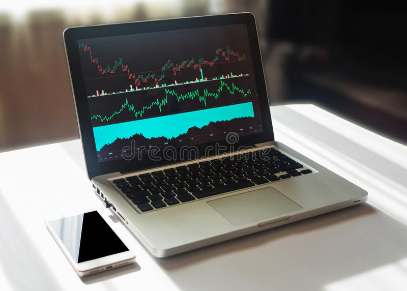 Gráficos e cartas no tela de computador Análise técnica de dados financeiros fotos de stock royalty free