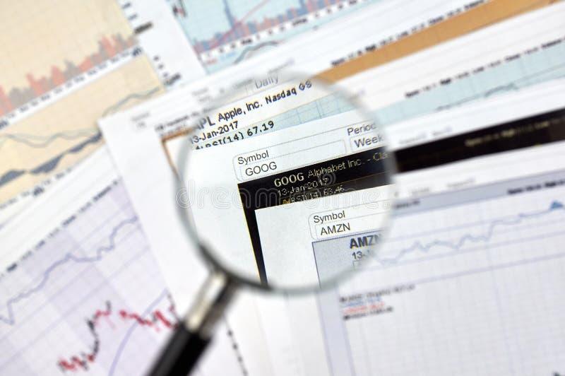 Gráficos e relatório do castiçal do relógio de GOOG imagens de stock royalty free