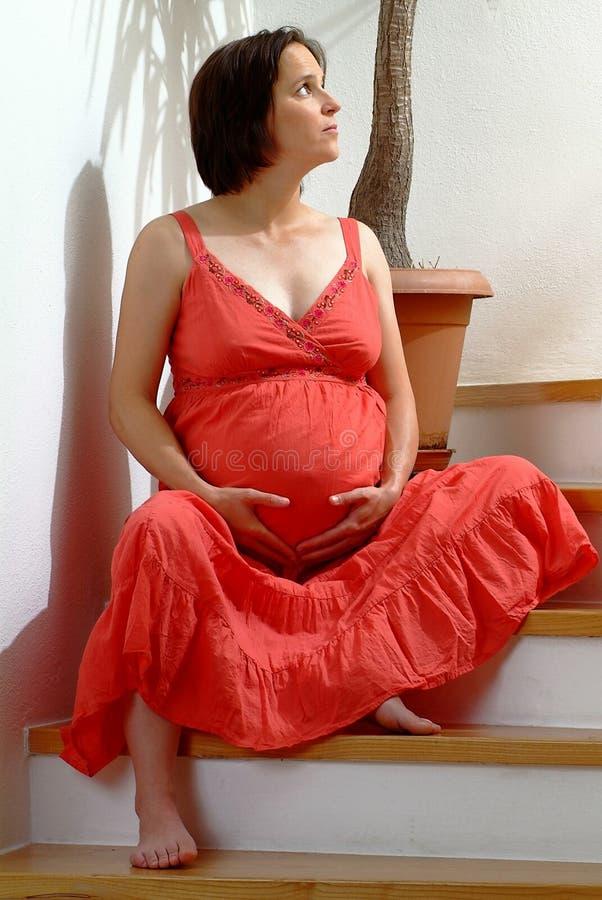 grávido no vermelho imagens de stock