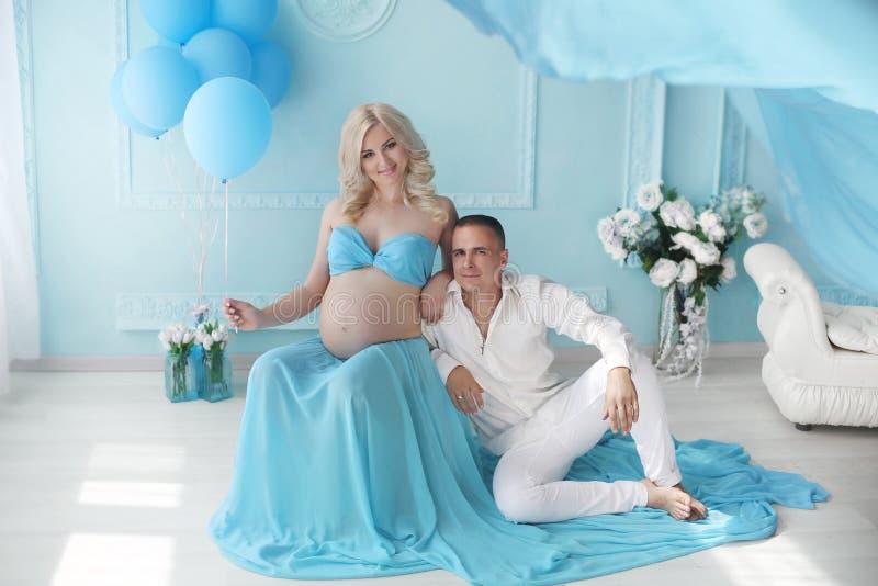 grávido Pares novos bonitos que esperam o bebê, família feliz M fotografia de stock royalty free