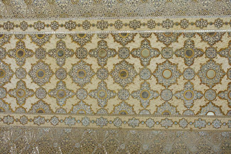 Âgrâ, Inde - 20 septembre 2017 : Fleur découpée antique sur le marbre et des miroirs en Hall des miroirs de milliers, Amber Fort photographie stock