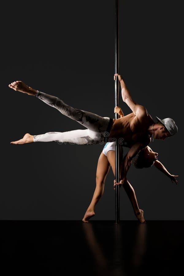 Grâce et force La paire danse sur le pylône images libres de droits