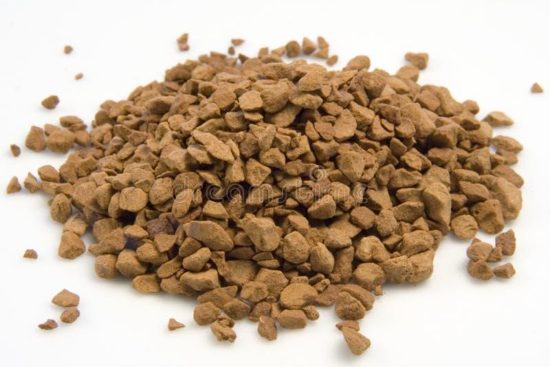 Grânulo do café instantâneo em uma pilha. fotografia de stock royalty free
