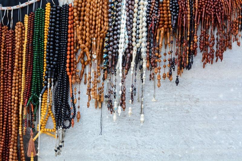Grânulos étnicos de várias cores em um fundo de madeira imagens de stock