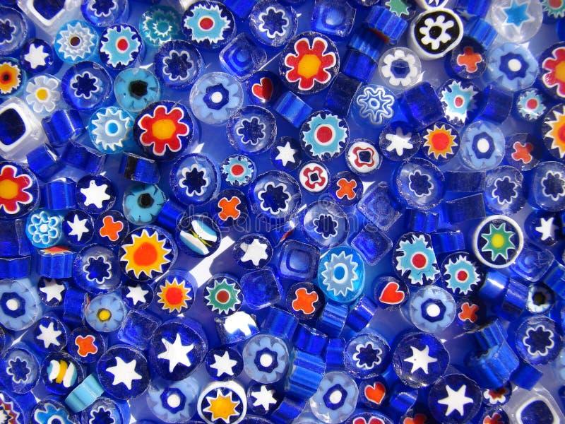Grânulos azuis no fundo branco foto de stock royalty free
