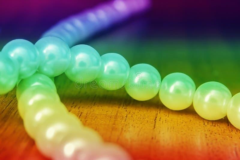 Grânulos brancos Inclinação colorido do arco-íris imagem de stock