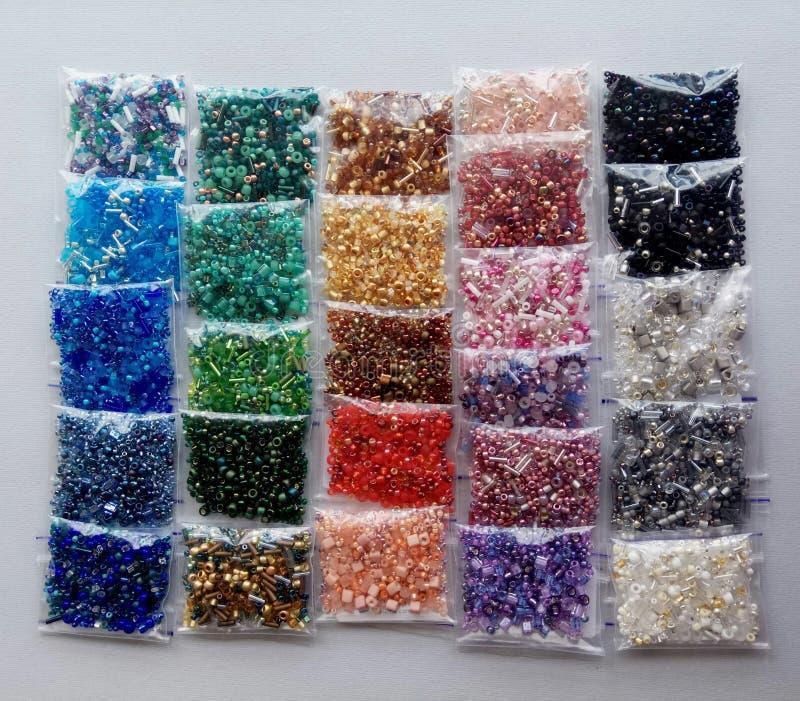 Grânulos coloridos do arco-íris para artesanatos imagem de stock royalty free