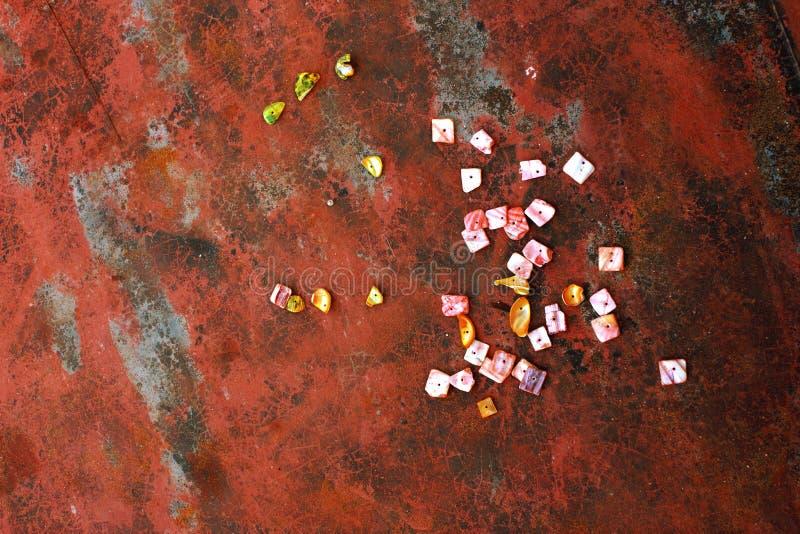 Grânulos coloridos feitos à mão dos shell do mar para fazer a joia imagem de stock royalty free