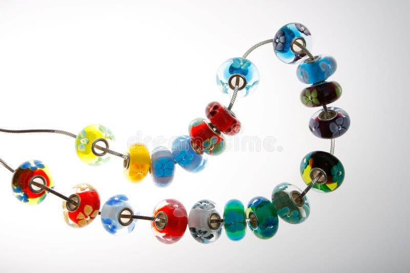 Grânulos coloridos no fio fotografia de stock
