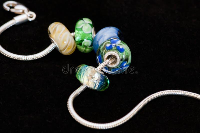Grânulos com bracelete imagens de stock