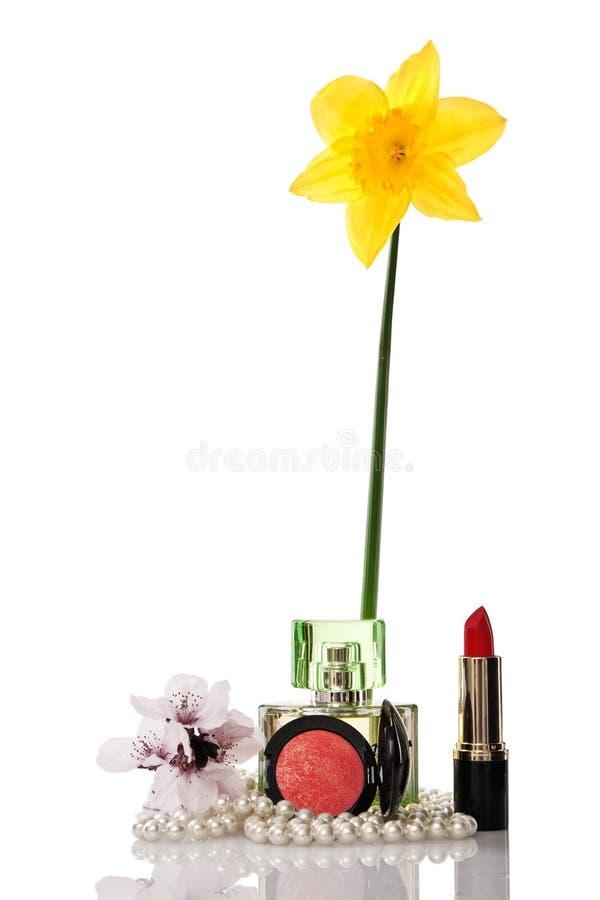 Grânulos, cosméticos e flor das pérolas fotos de stock royalty free