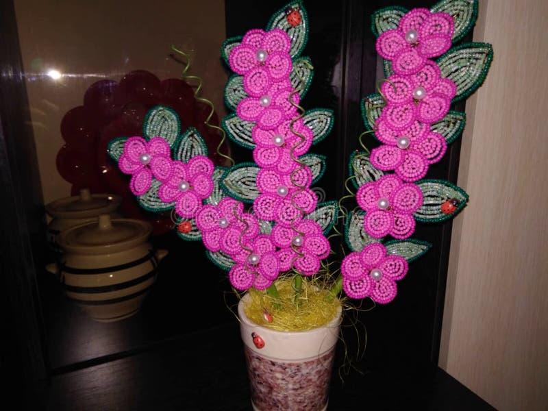 Grânulos da joia das flores em uns potenciômetros em um fundo escuro fotos de stock royalty free