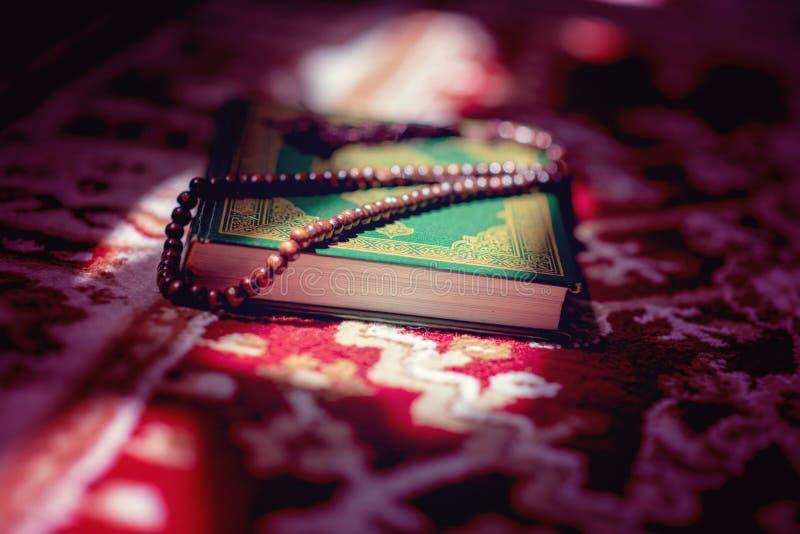 Grânulos de oração no livro sagrado do Alcorão dos muçulmanos fotos de stock royalty free