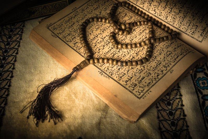 Grânulos de oração no livro sagrado do Alcorão dos muçulmanos imagens de stock