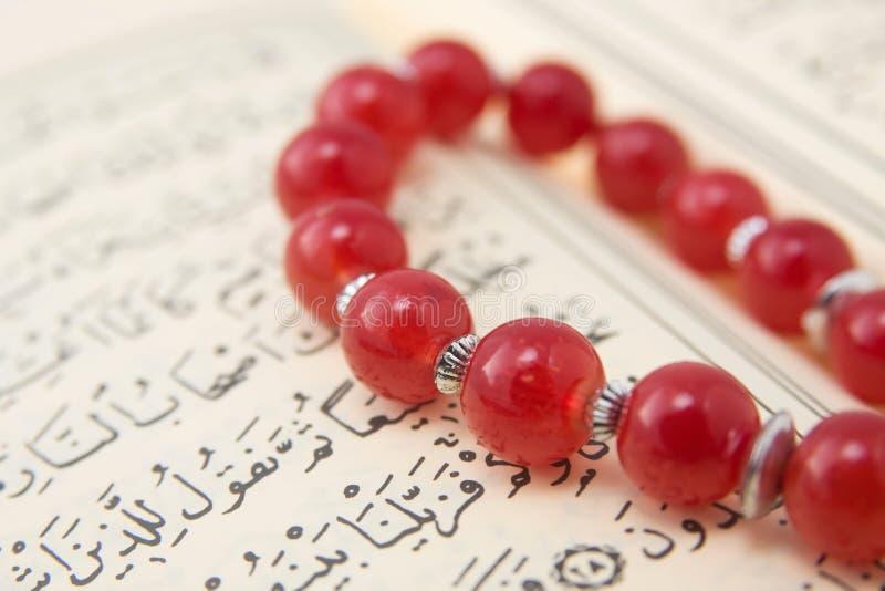 Grânulos do Quran e de oração imagem de stock