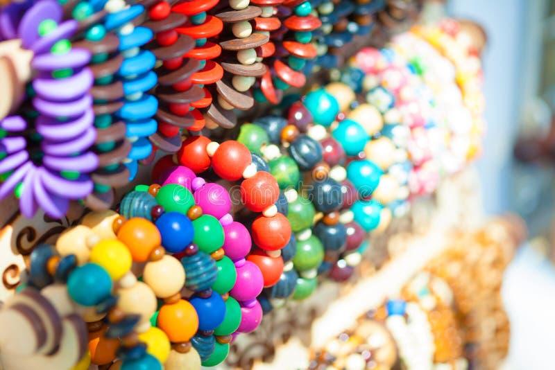 Grânulos e braceletes brilhantes coloridos fotografia de stock