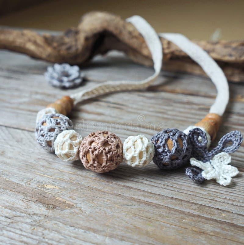 Grânulos feitos crochê flor foto de stock royalty free