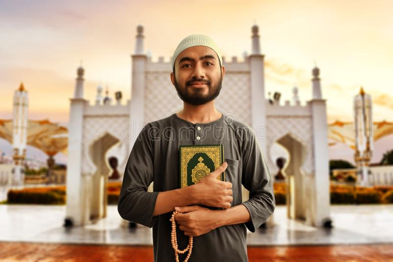 Grânulos muçulmanos asiáticos religiosos do quran e do rosário da terra arrendada do homem foto de stock royalty free
