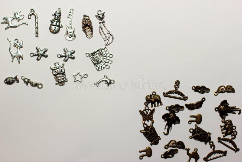 grânulos Multi-coloridos em um fundo branco imagens de stock royalty free