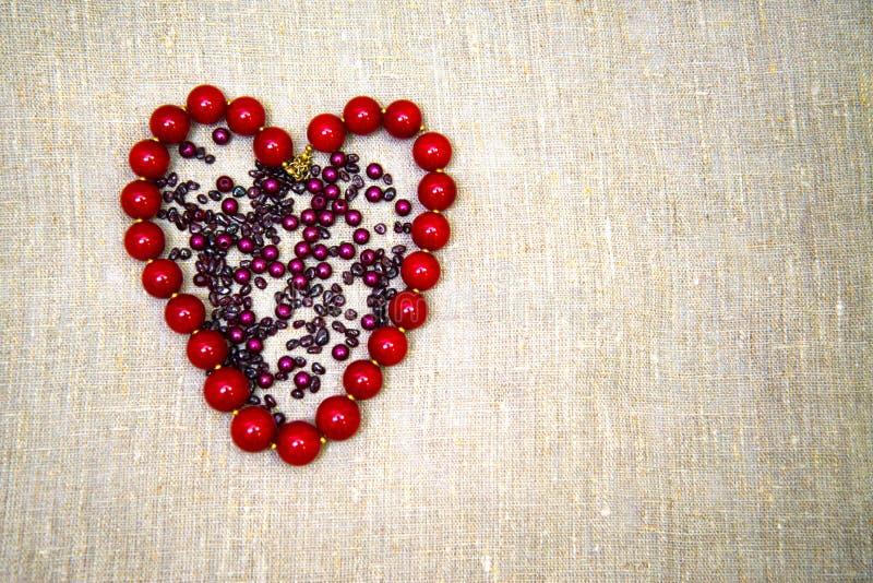 Grânulos na forma de um coração foto de stock royalty free
