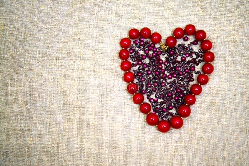 Grânulos na forma de um coração fotografia de stock royalty free