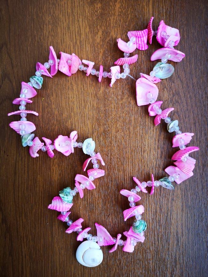 Grânulos para o pescoço feito de shell cor-de-rosa foto de stock