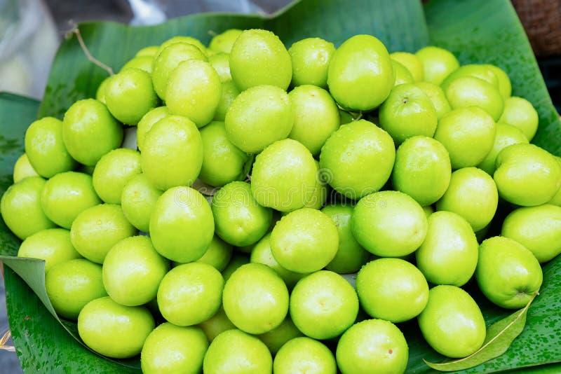 Grüne Sternapfelfrucht als exotische asiatische Nahrung in Hanoi stockfoto